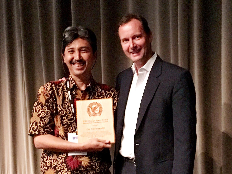 Eko Purnomowidi, recipient of the Change Agent Award, with Nigel Sizer, Rainforest Alliance President.