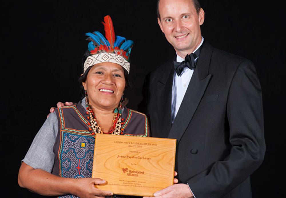 Juana Payaba Cachique with theCommunity Leadership Award